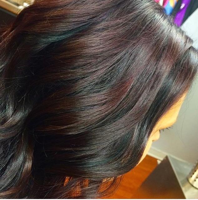 Här var håret nästan svart i topparna av många hemma färgningar. Så vi gjorde en lättare avfärgning och la en mörklila färg (som är en av höstens färger) med en svart effekt. Blev superb 👌 Här nedan på gulliga Alexandra blandade vi två färger, höstens lila upptill och höstens koppriga nedtill i en fin bayalage/ombre. En färgstark tjej som fick ett roligt lyft 😀